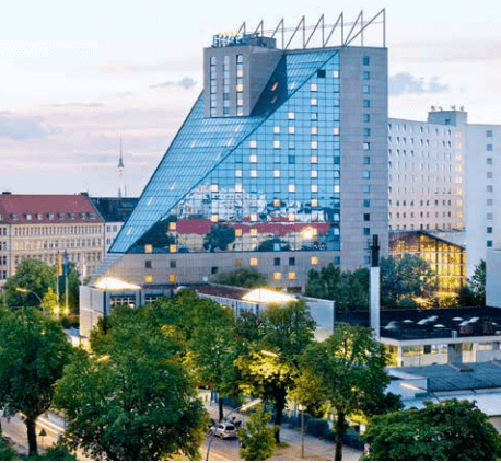 Das Estrel Convention Center in Berlin Neukölln war am 22. September 2015 Messeplatz für 3.550 Makler der Versicherungs- und Finanzbranche aus ganz Deutschland. (Foto: Estrel Hotel Berlin)