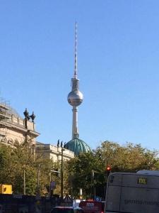 Der Berliner Fernsehturm am Alexanderplatz in Berlin Mitte
