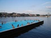 Noch bedarf es eines Swimming Pools, um im Zentrum Berlin zu baden. (Foto: Carlos ZGZ via Flickr)