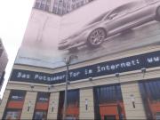 Noch ist der Leipziger Platz 18 als Tor zum Potsdamer Platz in Berlin ein Potemkinsches Dorf, nur Simulationsplakate statt Realität. (Foto: Google Street View)