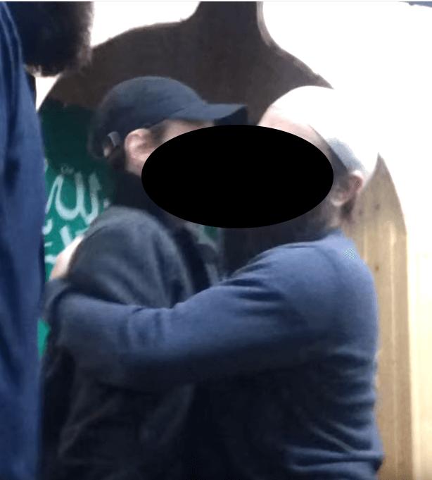 Murat A. (, rechts im Bild, bürgerlich Gadhizmurad A., 30, ein russischer Staatsbürger aus Dagestan) wurde vorgestern als Imam Imam (religiös-politisches Oberhaupt) der Moschee Hicret Camii (Auswanderungsmoschee des Propheten Mohammed) in der Perleberger Straße in Moabit verhaftet, weil er Unterstützer für die Terrormiliz Islamischer Staat (IS) rekrutiert haben soll. Die Moschee gehört dem Jugend- und Familienberatungs- und Bildungszentrums e.V. Fussilet 33 e.V. aus der Reinckendorfer Straße 30 in Gesundbrunnen. (Foto: Moschee-Wervevideo auf Youtube aus dem Jahr 2012, Murat A. mit weißer Kappe umarmt einen frisch konvertierten Deutsch-Russen