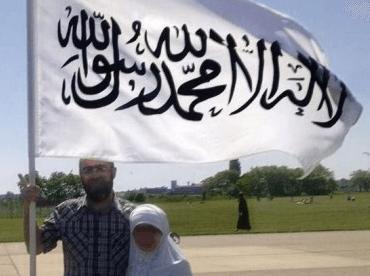 Der in Wedding lebende Türke Murat S. (40) schwenkte für ein Facebook-Post mit seiner Tochter die Fahne mit dem islamischen Glaubensbekenntnis auf dem Tempelhofer Feld des ehemaligen Berliner Zentralflughafens Tempelhof. (Foto: Facebook Murat S.)