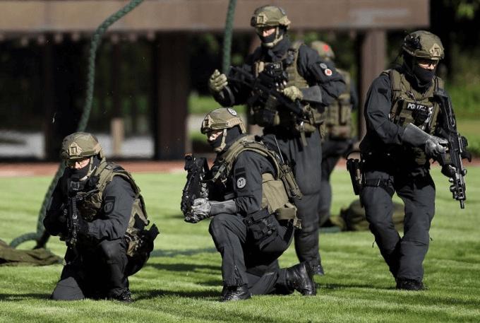 Die GSG 9 der Bundespolizei aus Sankt Augustin am 3. Dezember 2015 bei einer Razzia in der Islamisten Sezen in NRW unter Leitung der Berliner Staatsanwaltschaft. (Foto: Bundespolizei)