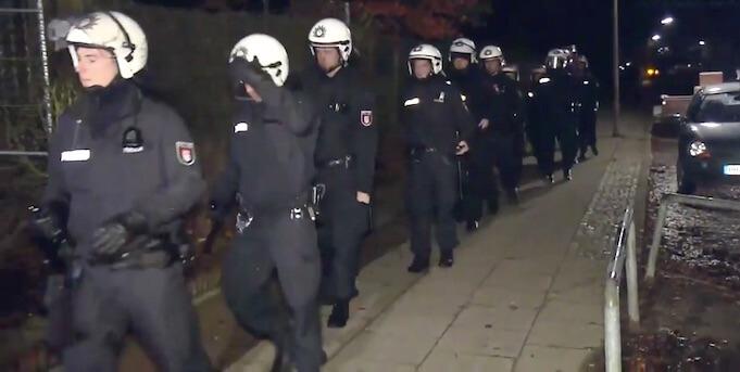 Nach Angaben der Asyl-Helferin muss regelmäßig die Polizei zu ihrer Erstaufnahmestelle anrücken. (Screenshot: Spiegel TV)