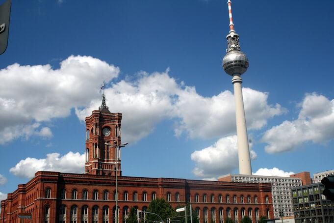 """Um die Flüchtlingskrise schneller handeln zu können, hat der Berliner Senat den administrativen Notstand ausgerufen. (Foto: flickr/ <a href=""""https://www.flickr.com/photos/frans16611/2835723236/in/photolist-9gTeJW-5oq3Ji-4iJRGk-4iJRwB-6BgUWT-6BgYiR-aS4mKP-8YjyKi-wexVoN-bXk9iT-5rJdXm-dpzbL7-k42hTR-5jzPHW-9LQV5F-djLPhE-34sKqJ-7Wg7i-dGaiJW-Apqg76-cdfQkJ-89PK3b-8J52Rt-8J52Vr-8J52Te-8J52JV-aS2ubR-b9iPec-b9j7et-b9fufB-b9jyvV-b9iFHk-b9jghD-b9pxnK-b9iJhe-b9iZPc-b9jsL8-b9jjQP-b9jcUa-b9jv9M-b9iLGp-b9joM4-b9pteX-5rEoEj-b9iSQ2-b9iCH2-b9jas8-aEAqSj-aS3NNB-aS3CHD"""" target=""""_blank"""">Francois Philipp</a>)"""