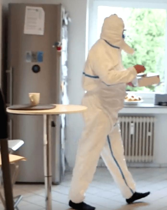 Der Aachener IT-Ingenieur und Familienvater Peter Laws probt in seiner Küche schon den Ernstfall mit einem Atomschutzanzug aus dem Internetversand für 18 Euro (Foto Youtube/Frontal21)