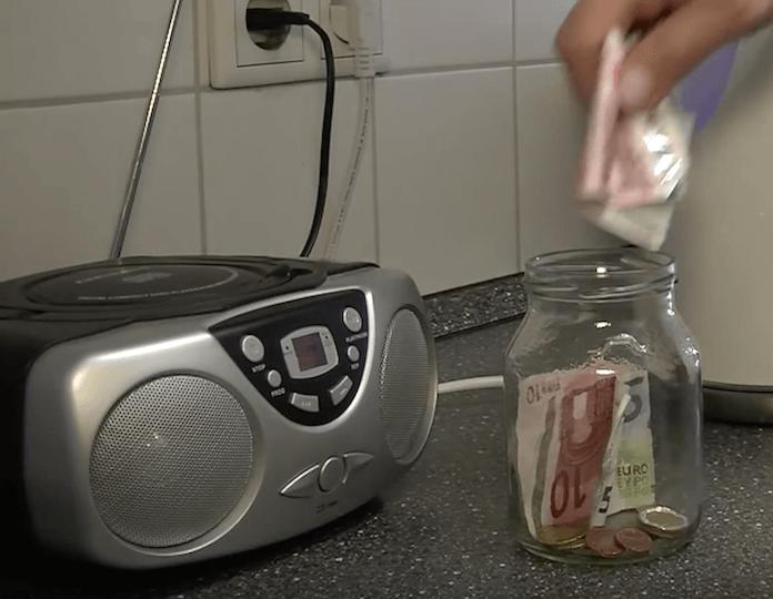 Die Befreiung von dem Rundfunkbeitrag GEZ muss innerhalb von 2 Monaten nach Gültigkeit des Hartz IV-Bescheids oder BaFÖG-Bescheids erfolgen (Foto: Youtube/Verbraucherzentrale NRW)