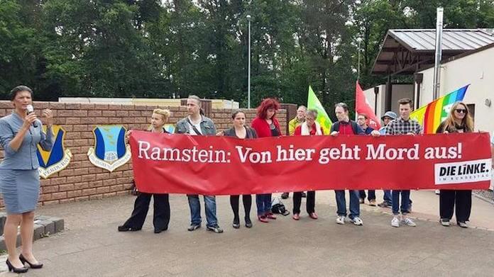 Die LINKE-Fraktionschefin Sahra Wagenknecht (links) demonstrierte mit Parteimitgliedern vor der Air Base Ramstein für die Beendigung der Ermordung von Menschen mit Hilfe von Drohnen (Foto: DIE LINKE)