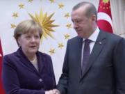 Der Flüchtlingspakt zwischen der EU und der Türkei wurde vom türkischen Präsidenten Recep Tayyip Erdogan und Bundeskanzlerein Angela Merkel ausgehandelt. (Foto: Youtube/Deutsch-Türkisches Journal)