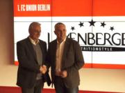 Mit einem Handschlag besiegelten Abnehm-Produkte-Hersteller Harald Layenberger (links) und 1. FC Union Präsident Dirk Zingler einen Dreijahres-Hauptsponser-Vertrag (Foto: 1. FC Union)