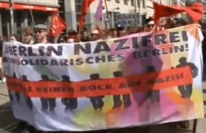 """""""Berlin nazifrei - kein Bock auf Nazis"""". 8.000 Gegendemonstranten gegen Rechts zogen durch die Oranienburger Straße (Screenshot: Rbb aktuell)"""