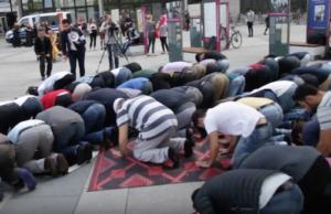 80 Muslime demonstrierten am Freitagmittag vor dem Haupteingang der TU Berlin in Charlottenburg für einen Gebetsraum auf dem Campus, was von der Uni-Leitung im März 2016 untersagt wurde, weil eine staatliche Uni keine Moschee sei (Foto: Youtube)