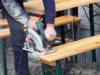 Nach 12 Jahren befand das Ordnungsamt Friedrichshain-Kreuzberg die Holztische und Holzbänke vor dem Thairestaurant Papaya um 3 Zentimeter zulang, Wirt Michael Näckel (56) musste sie auf exakt 97 Zentimenter kürzen lassen, da sie sonst den Verkehr gefährden würden (Foto: Michael Näckel)