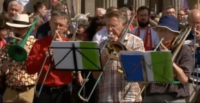 """""""Posaunen statt Parolen."""" Die evangelische Kirche hatte zum Spaziergang für ein tolerantes, weltoffenes Berlin aufgerufen (Screenshot: Rbb aktuell)"""