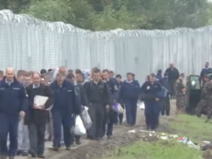 """Ungarn ließ im vergangenen Jahr an der ungarisch-serbischen Grenze einen vier Meter hohen Zaun gegen Flüchtlinge von Häftlingen bauen. Der Zaun besteht aus messerscharfem Nato-Draht und ist 174 km lang. Ministerpräsident Orban erwägt den Krisenfall auszurufen und droht mit anschließenden Verhaftungen bei illegalen Grenzübergängen. """"Wir werden sie nicht mehr höflich begleiten, wie bisher"""", so der ungarische Ministerpräsident."""
