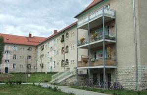 Trügerische Idylle: Die massive Wohnanlage Adamshof in der Weverststraße 36 und Melanchtohonstraße 61 und 62 in der Spandauer Wilhelmstadt ist auf auf Einenphälen gebaut, die nach 91 Jahren verrottet sind (Foto: Landesamt für Denkmalschutz Beitl 2008)