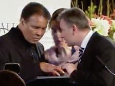 Im Jahr 2005 erhält Muhammad Ali im Berliner Hotel Hyatt vom damaligen Regierenden Bürgermeister Klaus Wowereit (SPD) die Ott-Hahn-Friedensmedaille für sein Engagement als Bürgerrechtler (Screenshot rbb Abendschau)
