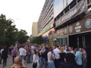 Schlangestehen am vergangenen Freitagabend um 21 Uhr zur Wiedereröffnung der alten Hafenbar Berlin im neuen Hafen in der Karl-Liebknecht-Straße 11 direkt am Alex unterm Fernsehturm in Mitte (Foto: Facebook/Hafenbar Berlin)