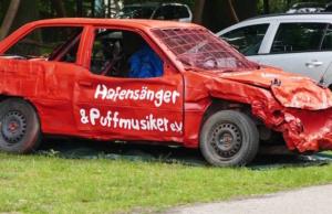Der Motorsportclub MSC Linsburg e.V. aus Nieburg an der Weser in Niedersachsen sponserte für das Hafengesang & Puffmusik Benefizpokalspiel am 18. Juni 2016 in Hülsen ein fussballfestes Spaßmobil. Viele U11-Spieler verewigten sich darauf mit ihren Namen. (Foto: Hafensänger & Puffmusiker e.V. Hülsen an der Aller)