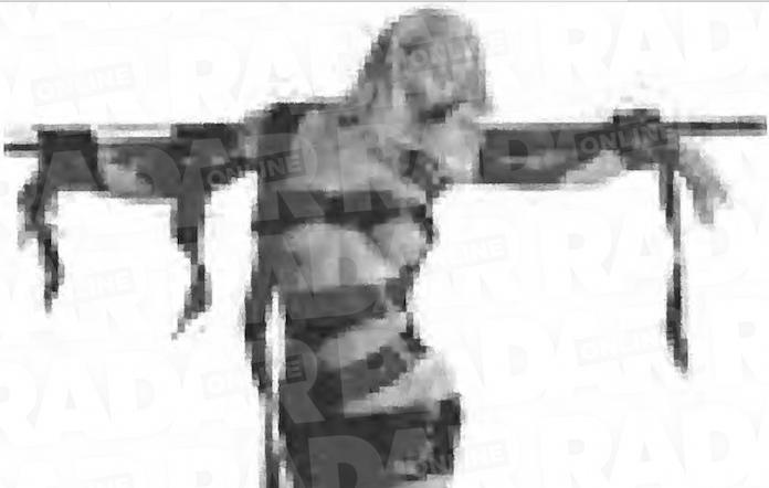 nackt ans kreuz gefesselt