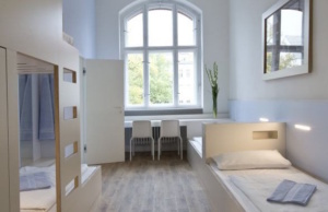 Die ehemaligen Klassenzimmer eines Gymnasiums sind nun schicke Übernachtungsräume in Berlins größter Jugendherberge, die gestern eröffnet wurde. Jeder Raum hat ein eigenes Bad (Foto: Jugendherberge.de)