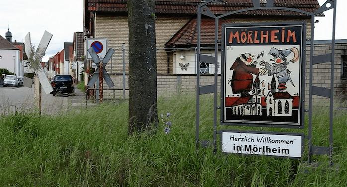 """Das erste Haus gleich rechts hinter dem 1983 stillgelegten Bahnhalt der Strecke Landau-Herxheim ist das Haus, in dem am 19. Mai 2016 Gertrud Lange (86) von Einbrechern ermordet wurde (Screenshot SWR Zur Sache! Rheinland-Pfalz """"Ein Dorf in Angst. Seniorin von Einbrechern getötet"""")"""