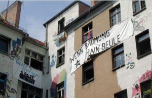 """""""Wenn Räumung dann Beule"""" drohen die Hausbesetzer in der Rigaer Straße 94 in Friedrichshain. Der Hausverwalter forderte heute Polizeischutz für Bauarbeiter an, die dort eine Flüchtlingsunterkunft errichten sollen. (Foto: Rigaer94/Squat.net)"""