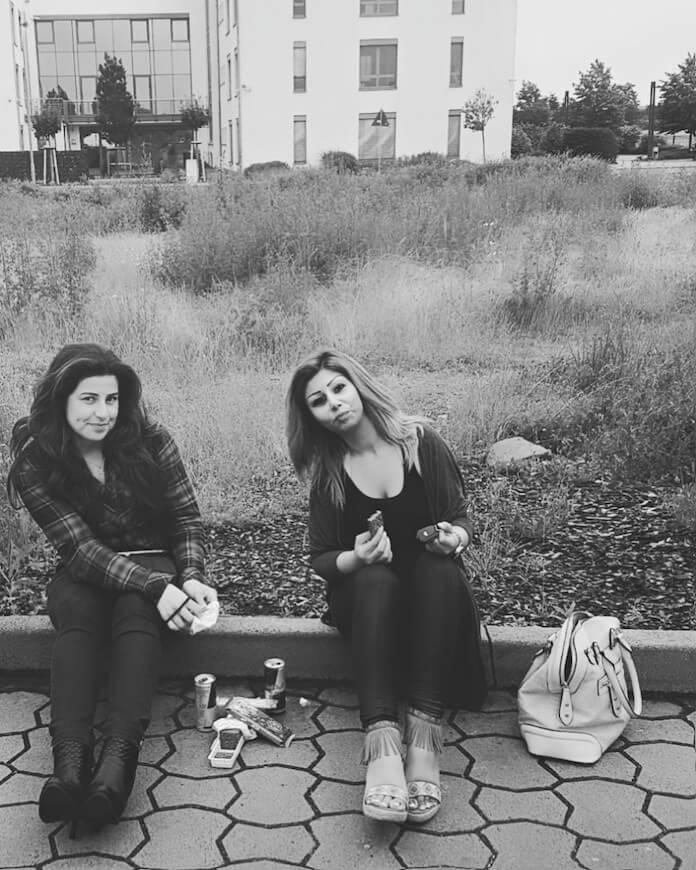 """Die syrische Mitarbeiterin Natalie Bekandi (rechts) des Bundesamtes für Migration und Flüchtlinge berichtet auf Facebook aus dem Flüchtlingsheim Seligenstadt in Hessen, dass Muslime die einzige christliche Familie angegriffen haben und dabei riefen: """"Lasst uns die ungläubigen Christen abschlachten!"""" (Foto: Facebook/Natalie Bekandi)"""