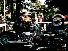 """Krieg unter Rockern: Die Hells Angels liefern sich in vielen deutschen Städten einen Revierkampf mit verfeindeten Rockergangs wie den United Tribuns und den Bandidos. (Bild """"Hells Angels Mannheim"""" von """"Alex Schmitt"""" via flickr.com. Lizenz: Creative Commons 2.0)"""