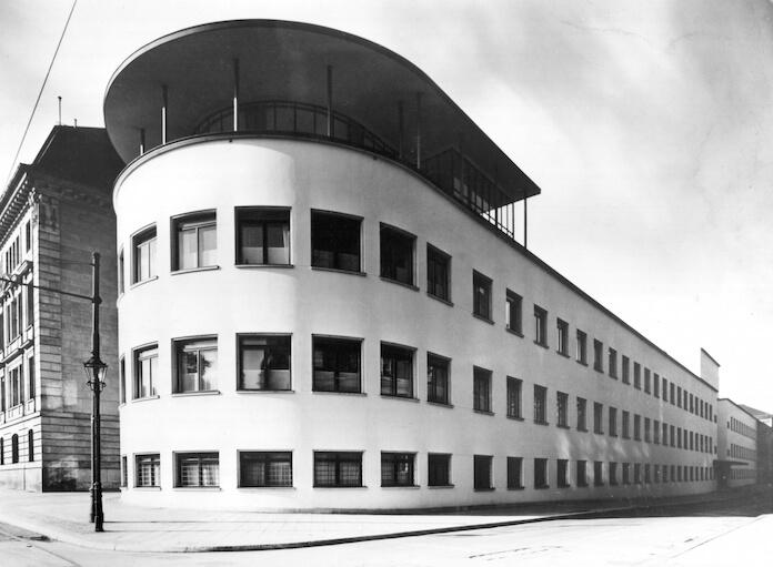 Im Bauhaus der ehemaligen Frauenklinik der Charity in der Ziegelstraße 14-18 sind zehn Mietwohnungen frei - nicht unter 20 Euro pro Quadratmeter (Pressefoto: Forum an der Museiumsinsel)