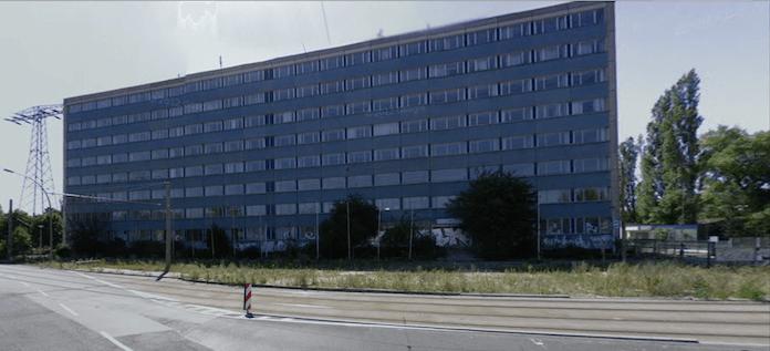 Der ziemlich verwahrloste Verwaltungssitz des einstigen VEB Maschinenbauhandel im Blockdammweg 60-64 wird abgerissen, ab 2018 baut der schwedische Wohnungsbaukonzern Bonava mit Niederlassung in Fürstenwalde/Spree die Parkstadt Karlshorst mit 1.000 Wohnungen für den kleinen Geldbeutel (Foto: googlestreetview)