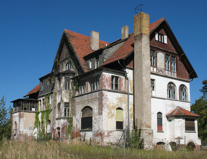An abandoned building at Hohenlychen Sanatorium. By Doris Antony, Berlin (Own work) [GFDL (http://www.gnu.org/copyleft/fdl.html) or CC BY-SA 4.0-3.0-2.5-2.0-1.0 (http://creativecommons.org/licenses/by-sa/4.0-3.0-2.5-2.0-1.0)], via Wikimedia Commons.