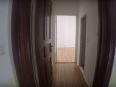 Bauträger schwenken auf kleinere Wohnungen um. Im Trend: 1-Zimmer-Wohnung mit Wannenbad, kleiner Wohnküche mit Gasherd, die aktuell in einem Neuköllner Seitenflügel zu haben ist (Foto: Youtube)