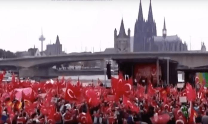 Der türkische Halbmond beherrschte gestern das Bild am Rhein in Köln. Die befürchteten Ausschreitungen konnten durch ein massives Polizeiaufgebot, Absperrzäune und strenge Kontrollen verhindert werden (Foto: Youtube/WDR)