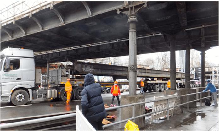 """Die Yorckbrücke Nr. 11 wurde am 30. Januar 2016 auf einem Tieflader zu einem Lagerplatz an einem nahegelegenen Baumarkt gebracht - seitdem tut sich wegen """"sanierungstechnischer Probleme"""" so gut wie nichts (Foto: Senatsverwaltung für Stadtentwicklung und Umwelt)"""