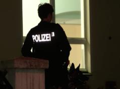 Seit den Ausschreitungen am Mittwoch patroullieren Polizisten mit Schäferhunden um das Asylheim in der Dresdener Straße in Bautzen (Screenshot: Tagesschau)