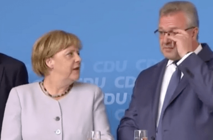 Erstmals gab es gestern auf dem Kranoldplatz in der CDU-Hochburg Lichterfelde-Ost Pfiffe, Buh-Rufe und Merkel-muss-weg-Rufe beim Auftritt von Bundeskanzlerin Angela Merkel und Innensenator Frank Henkel (Screenshot: rbb aktuell)
