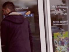 Der Führerscheinunterricht darf auf Arabisch erfolgen oder auf Deutsch mit Dolmetscher, andere Sprachen wie etwa Persisch sind nicht vorgesehen. Die Umschreibung eines vorhandenen Führerscheins kostet zwischen 400 und 500 Euro, da die Theorie- und Praxisprüfung noch einmal in Deutschland verlangt wird (Foto: Youtube/WDRforyou)