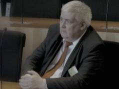 """Arnold Ramackers, Ex-Finanzrichter aus Düsseldorf. Mal vom Bund, mal von den Banken bezahlt. Genauso, wie die Banken es wollten, schrieb er in die Gesetzesbegründung: Nach """"geltendem Recht"""" könne dieselbe Aktie zum selben Zeitpunkt zwei Eigentümer haben. Wunderbar für die Profiteure. Denn zwei Eigentümer heißt für sie auch zwei Steuergutschriften, für nur einmal bezahlte Steuern. Cum-Ex hieß der Steuerbetrug, der 2012 gestoppt wurde. (Screenshot: Youtube/MONITOR)"""