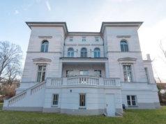 Die Villa Sonnenthal mit drei Wohnungen und 17 Zimmern in Teltow steht leehr und ist für 4,5 Millionen Euro plus 7,14 Maklerprovision (Foto: Immobilienscout24/Allgemeine Grund & Boden Vermittlungsgesellschaft mbH Berlin-Zehlendorf)
