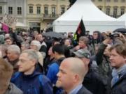 """Zum Glück konnten sich die Politiker in die Zelte flüchten: Hunderte wütende Menschen empfingen heute vormittag Deutschlands höchste Politiker auf dem Dresdener Neumarkt mit Plakaten """"Merkel muss weg"""", Trillerpfeifen und Haut-ab-Rufen (Foto: Facebook/Lutz Bachmann)"""