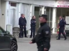 Nach dem Geiseldrama sicherten gestern Polizisten den Frisörsalon Super 10 Hair Company in der Dürener Innenstadt (Foto: youtube/WDR Aktuelle Stunde)