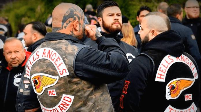 Ein Hells Angel aus der Schweiz wischte sich neben einem Bruder aus der Türkei (rechts) gestern Nachmittag auf der muslimischen Gräberstätte des Neuen Friedhofs in Gießen für den ermordeten Gießener Boss Aygün Mucuk (45) eine Träne aus dem Auge