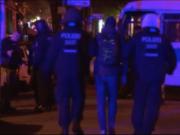 130 Hooligans randalierten gestern gegen 1 Uhr in der Partymeile Simon-Dach-Straße in Friedrichshain und zogen gegen ebenso viele Polizisten den Kürzeren (Screenshot: rbb aktuell)