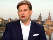 Der Politiker Dr. Maximilian Krah (39, Mitglied des Bundestages) aus Dresden ist aus der CDU ausgetreten und wirft Angela Merkel vor, an einer falschen Flüchtlingspolitik festzuhalten. Seinen Austritt aus der Partei beschreibt er auf seinem Blog als letzten Ausweg. (Foto: Youtube/RT Deutsch)