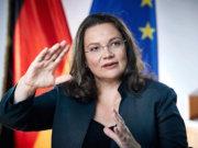 Wer falsche Angaben macht, wird mit bis zu 5.000 Euro Bußgeld belegt. Bundesarbeitsministerin Andrea Nahles (SPD) hat den Bußgeldkatalog für Hartz-IV-Empfänger rückwirkend ab 1. August 2016 verschärft (Foto: Facebook/Nahles)