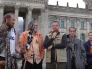 """Reichsbürger-Demo am 3. Oktober 2016 vor dem Reichstag in Berlin. """"Der II. Weltkrieg ist nicht beendet. 1945 wurden keine Friedensverträge geschlossen."""" (Foto: youtube/staatenlos.info)"""