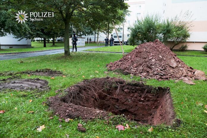 Zur kontrollierten Sprengung des hochbrisanten Sprengstoffs wurden gestern Nachmittag mehrere Löcher hinter dem Block im Fritz-Heckert-Viertel in Chemnitz ausgehoben (Foto: Polizei Sachsen)