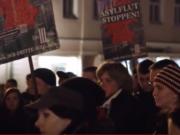 """Wutbürger-Demo a 17. November 2015 in der Freien Bergstadt Oedaran. In der sächsischen Kleinstadt (8.000 Einwohner) zeigt sich, dass die Akzeptanz extremer Positionen wie die der Kleinpartei III. Weg mit Sitz in Bad Dürkheim (Rheinland-Pfalz, 200 Mitglieder) wächst: """"Den Volkstod stoppen. Keine Asylheime in deiner Nachbarschaft!"""" (Foto: Youtube/ZDF)"""