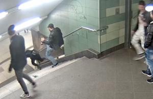 Video Migranten Neukölln Gang Frau Treppe U-Bahnhof Hermannstraße